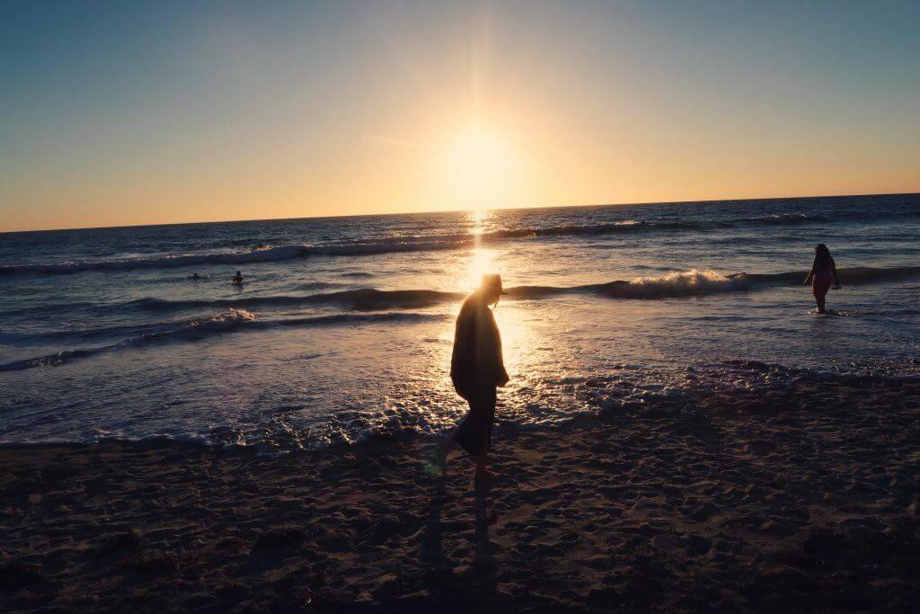 Person im Sonnenlicht am Strand