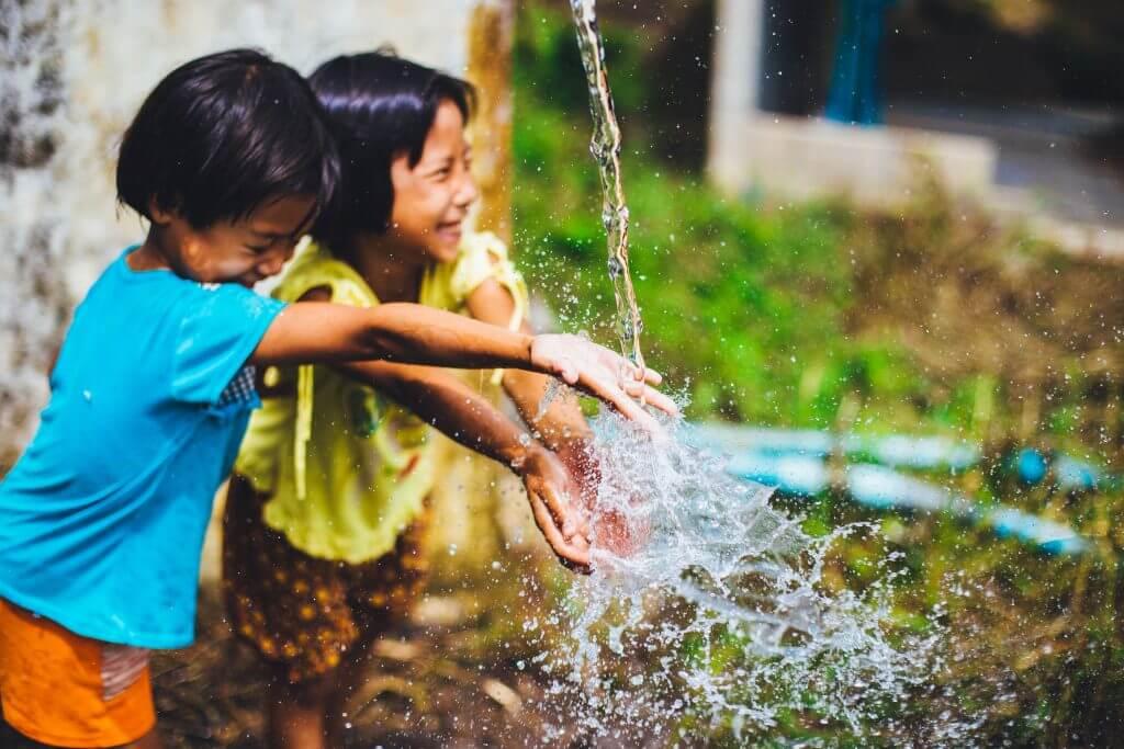 Kinder mit sauberem Wasser