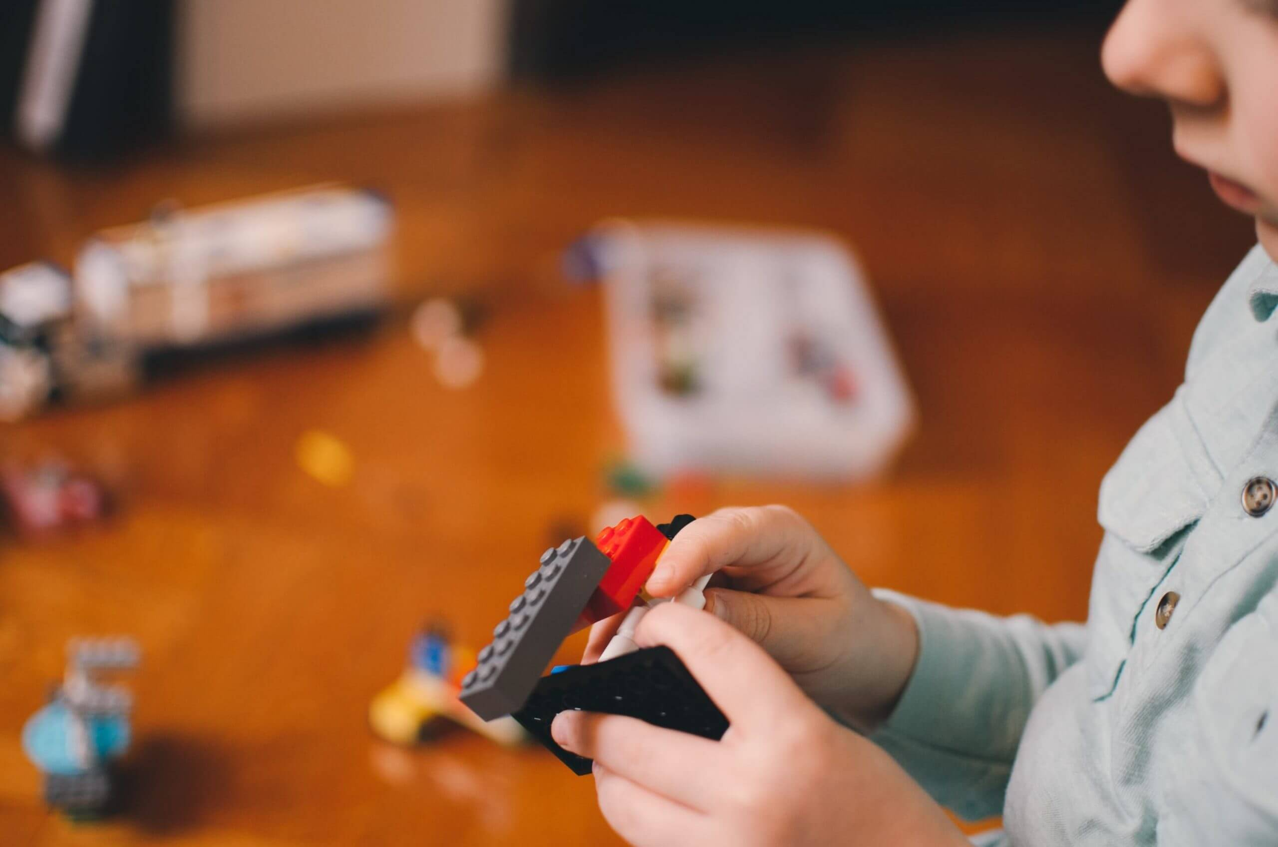 Kind spielt Lego