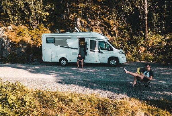 Danny und Tim mit Wohnmobil